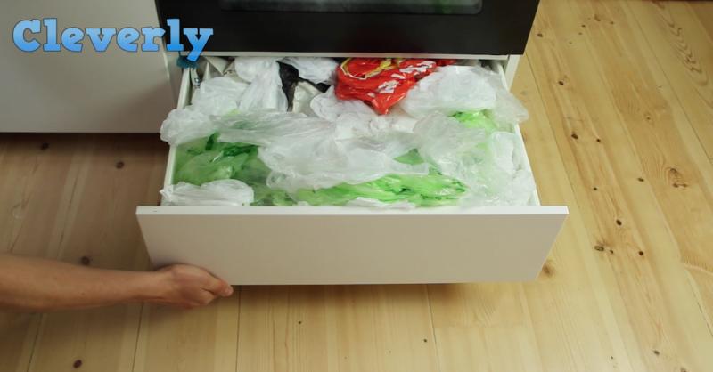 每次購物完的塑膠袋都直接塞到抽屜哩,超亂的!沒想到只要用這個,就能輕鬆收納塑膠袋囉!